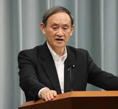 政策を発表する菅官房長官