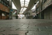 人通りの少ない商店街